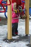 De kinderen spelen op de speelplaats in de winter Royalty-vrije Stock Foto