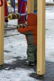 De kinderen spelen op de speelplaats in de winter Royalty-vrije Stock Fotografie