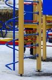 De kinderen spelen op de speelplaats in de winter Stock Fotografie
