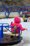 De kinderen spelen op de speelplaats in de winter Stock Afbeeldingen