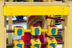 De kinderen spelen op de speelplaats in de winter Royalty-vrije Stock Afbeelding