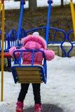 De kinderen spelen op de speelplaats in de winter Stock Foto