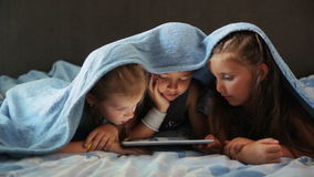 De kinderen spelen op de tablet stock footage