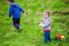 De kinderen spelen op het gazon stock foto's
