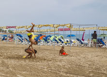 De kinderen spelen op het zandige strand in Spanje Royalty-vrije Stock Fotografie