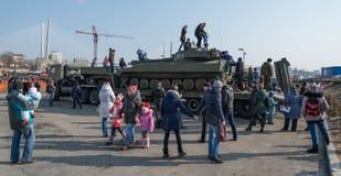 De kinderen spelen op moderne Russische pantserwagen Royalty-vrije Stock Foto's