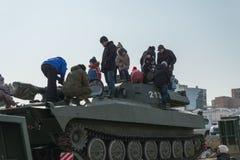 De kinderen spelen op moderne Russische pantserwagen Stock Afbeelding