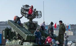 De kinderen spelen op moderne Russische pantserwagen Stock Fotografie
