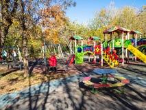 De kinderen spelen op speelplaats in stedelijke tuin royalty-vrije stock foto