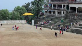 De kinderen spelen op stadion voor sporten in Azië stock footage