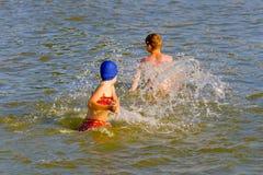 De kinderen spelen op water Royalty-vrije Stock Foto's