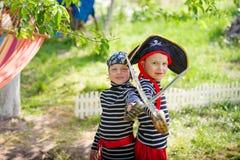 De kinderen spelen in openlucht Royalty-vrije Stock Foto's