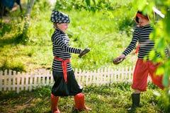 De kinderen spelen piraten Royalty-vrije Stock Afbeeldingen