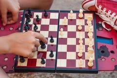 De kinderen spelen schaak stock fotografie
