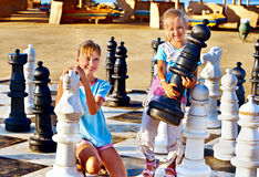 De kinderen spelen schaak openlucht. Royalty-vrije Stock Fotografie