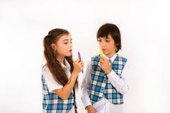 De kinderen spelen van aangezicht tot aangezicht duel Stock Afbeeldingen