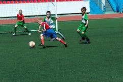 De kinderen spelen voetbal Royalty-vrije Stock Afbeeldingen