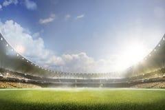 De kinderen spelen voetbal op grote arena royalty-vrije stock foto