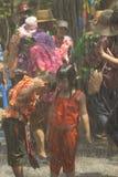 De kinderen spelen water in Songkran-festival of Thais Nieuw Stem vóór Stock Foto