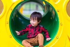 De kinderen spelen wildernisspeelplaats in het park stock foto's