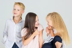 De kinderen spreken lach en glimlach Stock Fotografie
