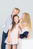 De kinderen spreken lach en glimlach Stock Foto