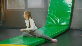 De kinderen springen op de trampoline stock videobeelden