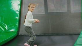 De kinderen springen op de trampoline stock footage