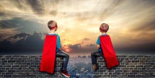 De kinderen in superherokostuums bewaken de orde in de stad royalty-vrije stock fotografie