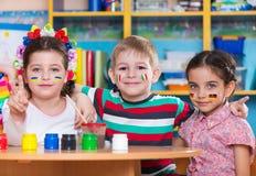 De kinderen in taal kamperen Stock Fotografie