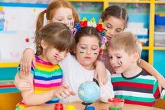 De kinderen in taal kamperen Stock Afbeeldingen
