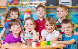De kinderen in taal kamperen Stock Foto's