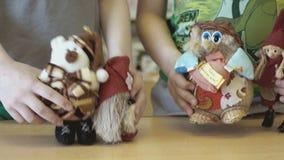 De kinderen tonen de het spreken scène met speelgoed stock video