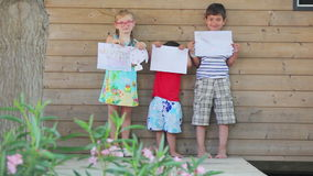 De kinderen tonen hun tekeningen stock videobeelden