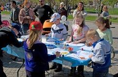 De kinderen trekken royalty-vrije stock afbeeldingen