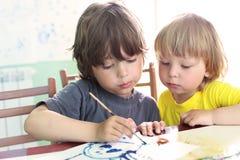 De kinderen trekken in huis Royalty-vrije Stock Afbeeldingen