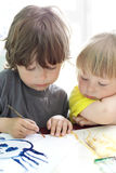 De kinderen trekken in huis Stock Foto