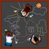 De kinderen trekken krijt op asfalt Stock Fotografie