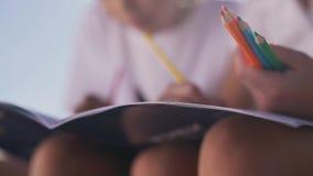 De kinderen trekken met potlodenclose-up stock videobeelden