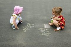 De kinderen trekken op asfalt Royalty-vrije Stock Afbeeldingen