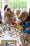 De kinderen trekken op het glas Royalty-vrije Stock Afbeelding
