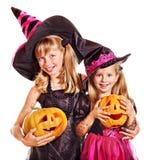 De kinderen van de heks bij de partij van Halloween. Stock Fotografie