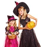 De kinderen van de heks bij de partij van Halloween. Stock Afbeeldingen
