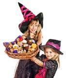 De kinderen van de heks bij de partij van Halloween. Stock Foto's
