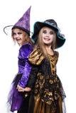 De kinderen van de heks met truc of behandelen Halloween fairy verhaal Studioportret over witte achtergrond wordt geïsoleerd die stock afbeeldingen