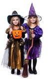 De kinderen van de heks met truc of behandelen Halloween fairy verhaal Studioportret over witte achtergrond wordt geïsoleerd die stock afbeelding