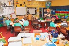 De kinderen van de het klaslokaalleraar van de school Royalty-vrije Stock Foto