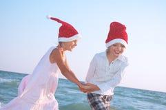 De kinderen van de kerstman op het strand Stock Afbeelding