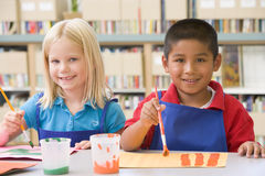 De kinderen van de kleuterschool het schilderen Stock Foto