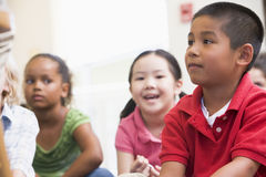 De kinderen van de kleuterschool in klaslokaal Royalty-vrije Stock Fotografie